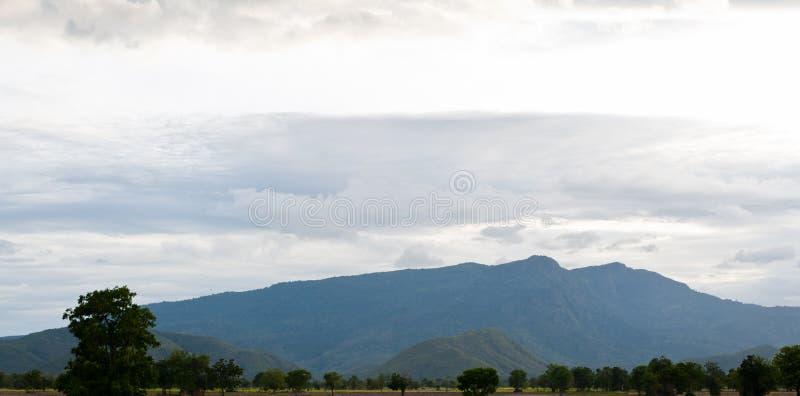 Montañas hermosas paisaje y cielo azul de la nube imagen de archivo libre de regalías
