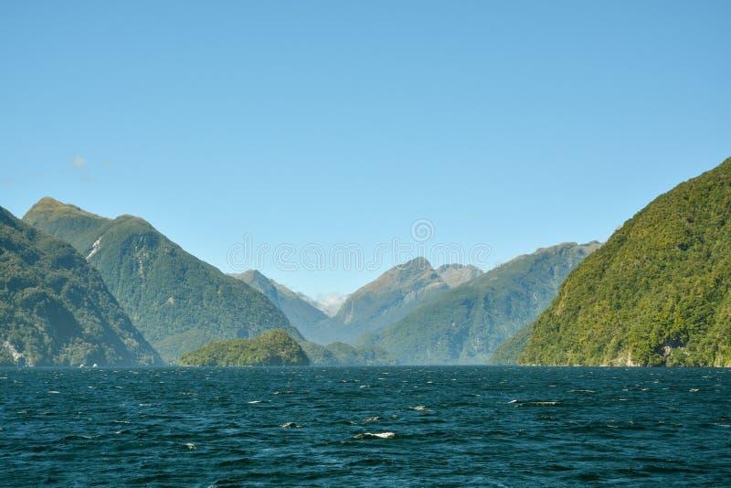 Montañas hermosas y abandonadas alrededor del sonido dudoso en medio de la nada en Southland foto de archivo libre de regalías