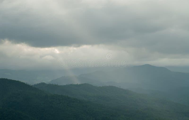 Montañas hermosas y cielo azul de la nube imágenes de archivo libres de regalías