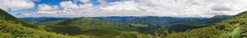 Montañas hermosas y cielo azul en los Cárpatos ucrania fotos de archivo libres de regalías
