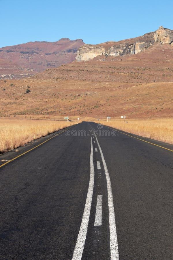 Download Montañas Hivernales De Asphalt Road Headed Towards Dry Foto de archivo - Imagen de camino, hierba: 41915214