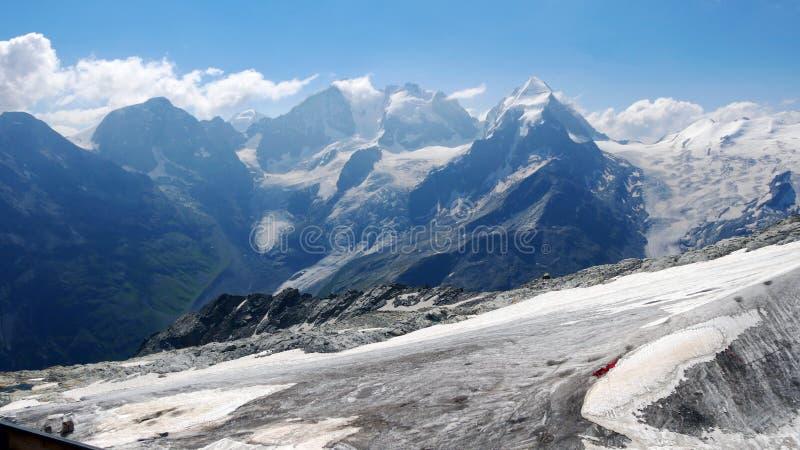 Montañas increíbles en pleno verano, montañas suizas imagen de archivo