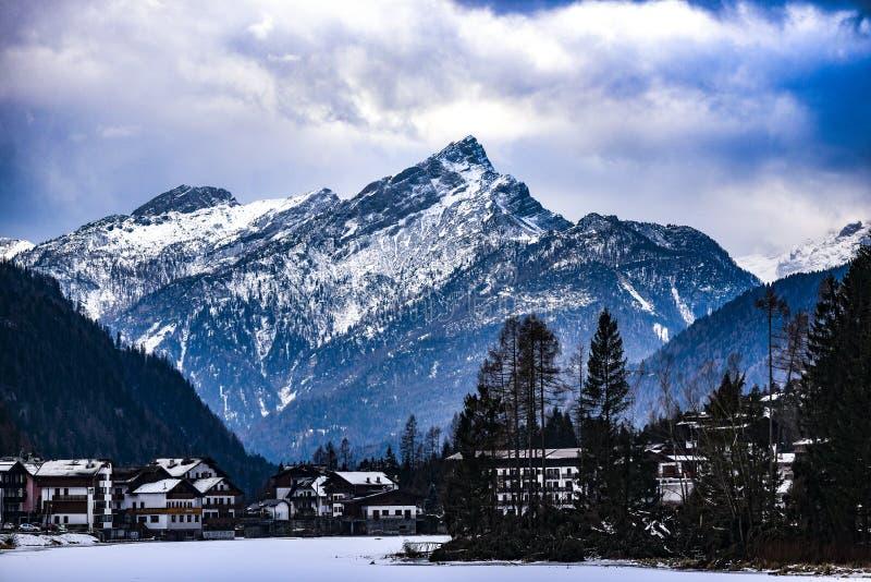 Montañas italianas de las dolomías durante invierno foto de archivo