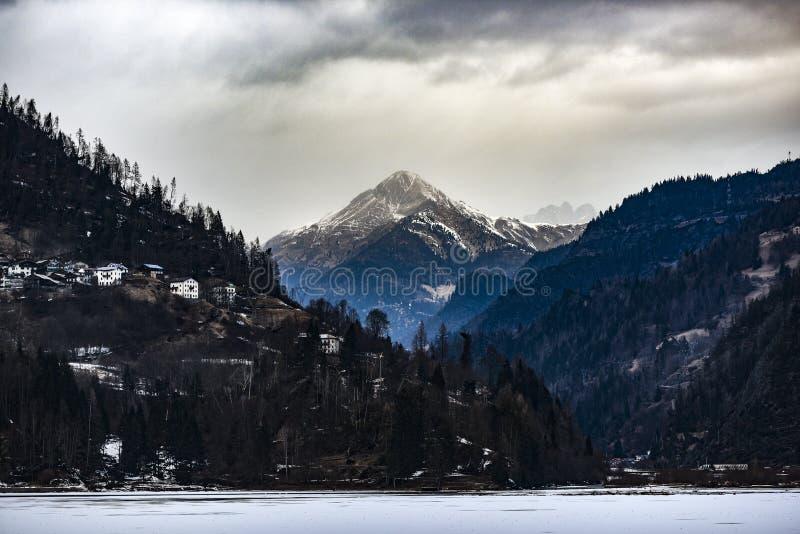 Montañas italianas de las dolomías durante invierno imagen de archivo libre de regalías