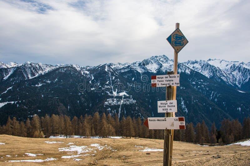 Montañas italianas, muestras turísticas - direcciones y raquetas, estafas de la nieve Monta?as coronadas de nieve en el fondo imagenes de archivo
