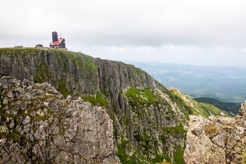 Montañas Karkonosze en Polonia - torre de la TV imagenes de archivo