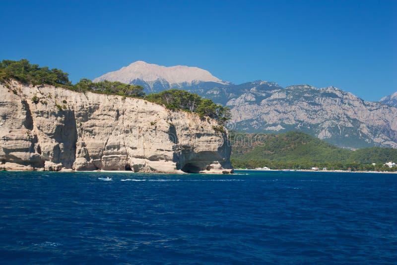 Montañas Kemer, Turquía de la opinión del paisaje del mar Mediterráneo fotos de archivo