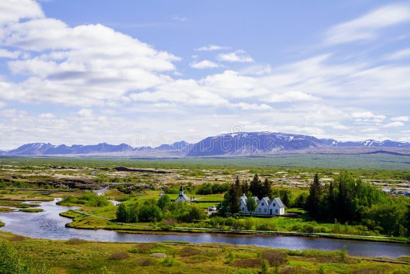 Montañas, la iglesia, el parque y el río Thingvellir en Islandia 12 06,2017 fotos de archivo libres de regalías