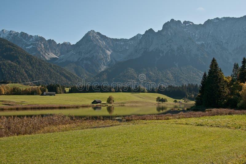 Montañas lago y del macizo verdes de Karwendel fotografía de archivo