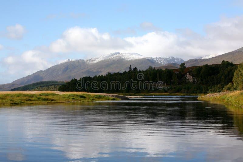 Montañas, lago y montañas escoceses imagen de archivo libre de regalías