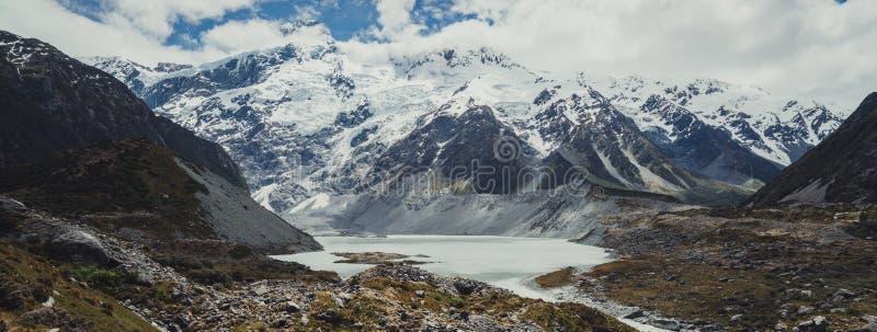 Montañas, lagos y paisaje del prado imagen de archivo libre de regalías