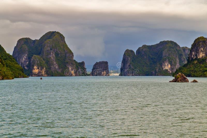 Montañas largas de Halong de la isla del verde de la bahía de la ha del barco del dragón, Vietnam imágenes de archivo libres de regalías