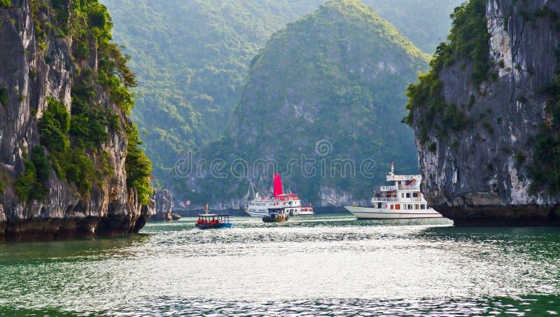 Montañas largas de Halong de la isla del verde de la bahía de la ha del barco del dragón, Vietnam imagenes de archivo