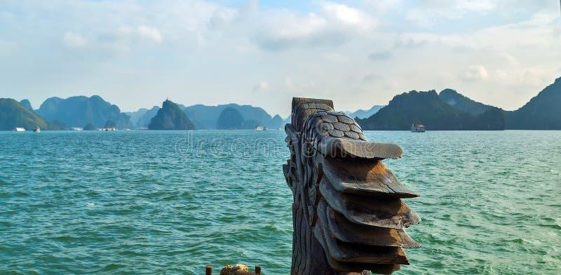 Montañas largas Vietnam de Halong de la isla del verde de la bahía de la ha Dragon Boat fotos de archivo libres de regalías