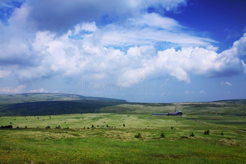 Montañas, llano, nubes, nubes blancas, cielo fotos de archivo
