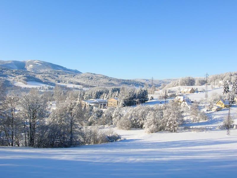 Montañas majestuosas del paisaje misterioso del invierno en invierno Árbol nevado del invierno mágico Camino del invierno en las  fotos de archivo libres de regalías