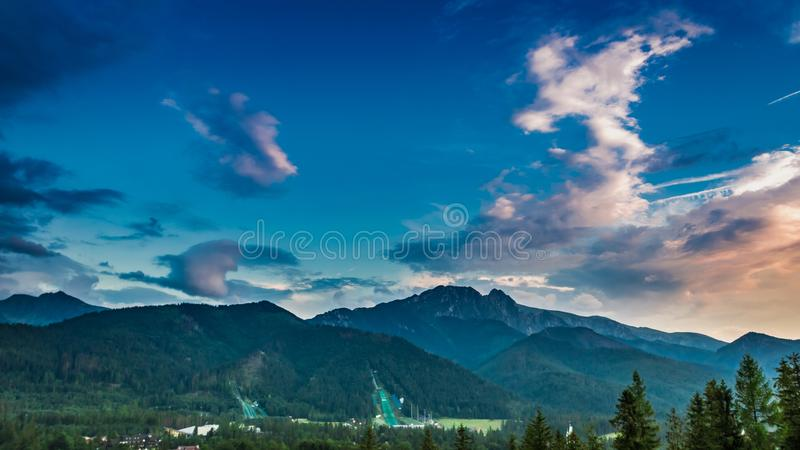 Montañas maravillosas de Tatra en la opinión de la oscuridad de Zakopane foto de archivo