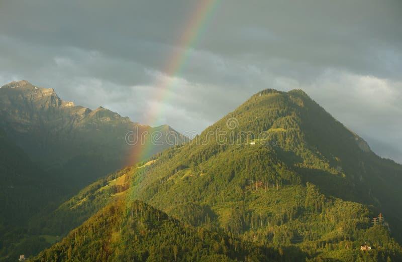 Montañas montaña y arco iris en la ciudad de Interlaken fotografía de archivo libre de regalías