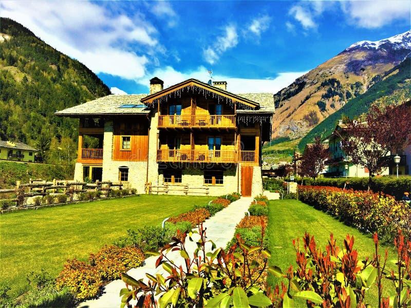Montañas, naturaleza y casa de madera fotos de archivo