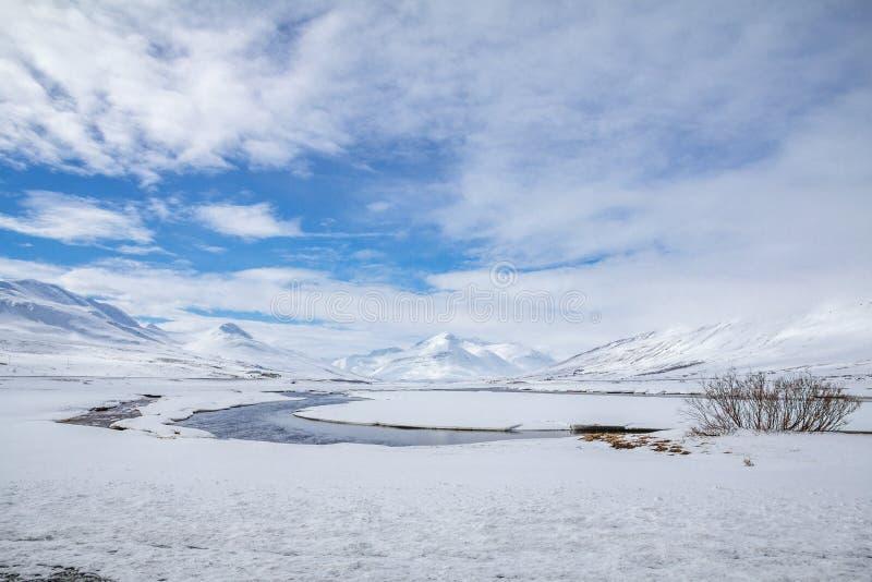 Montañas nevadas cerca de Dalvik, al norte de Akureyri, Islandia foto de archivo libre de regalías