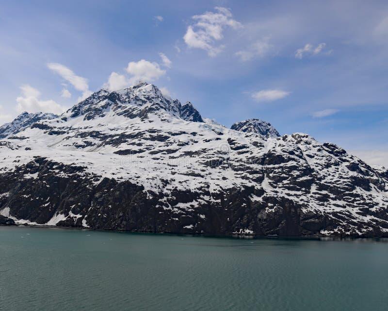 Montañas nevadas de Alaska foto de archivo
