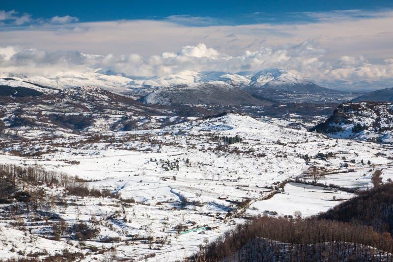 Montañas Nevado con niebla fotos de archivo