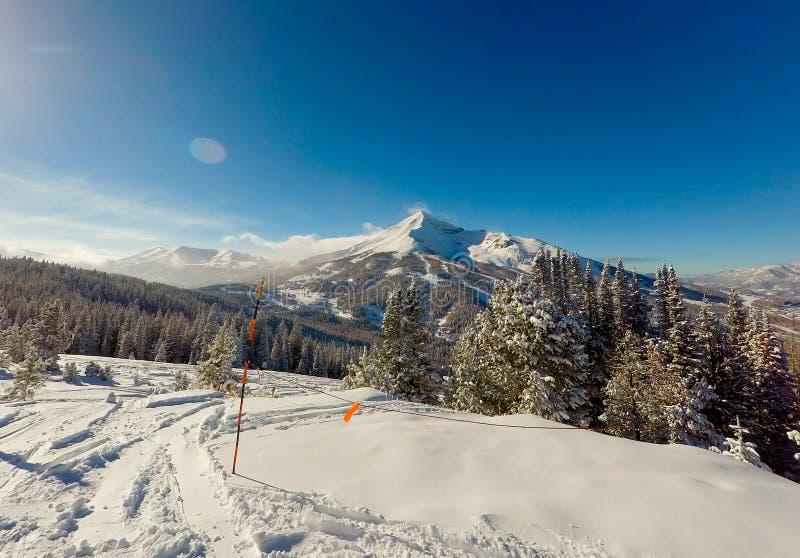 Montañas Nevado en el cielo grande Montana foto de archivo