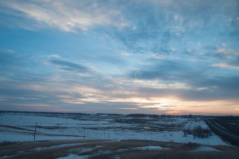 Montañas Nevado en la puesta del sol imagenes de archivo