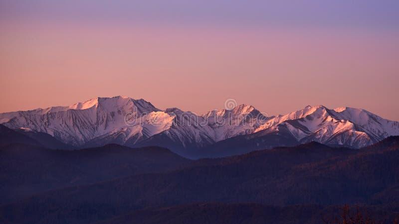Montañas Nevado en la salida del sol fotografía de archivo