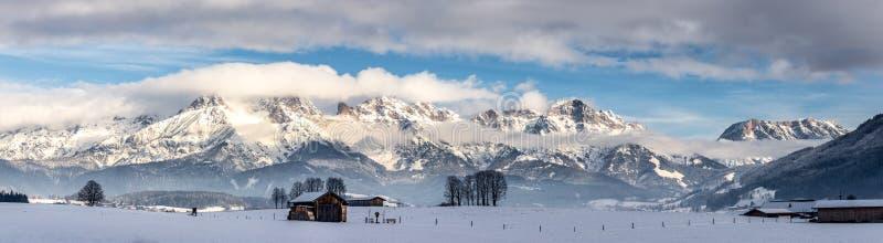 Montañas Nevado, prado y una choza, paisaje en Austria, panorama imágenes de archivo libres de regalías