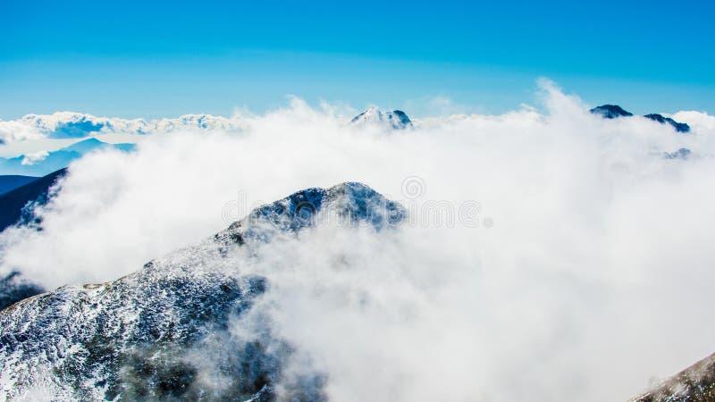 Montañas nubladas foto de archivo