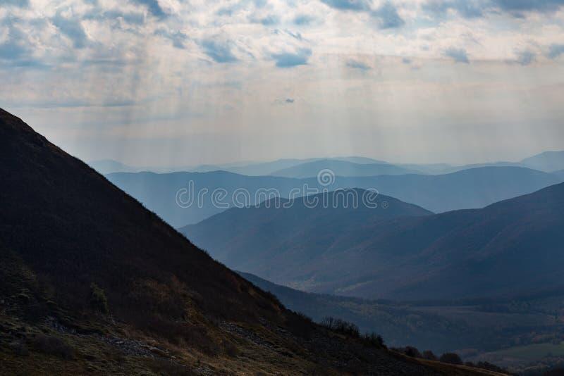 Montañas oscuras en Polonia - Bieszczady imagenes de archivo