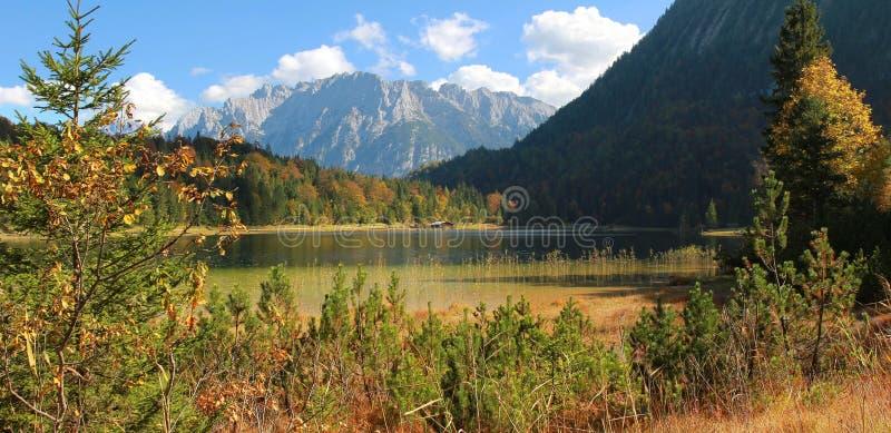 Montañas otoñales idílicas del paisaje, del ferchensee y del karwendel imagen de archivo