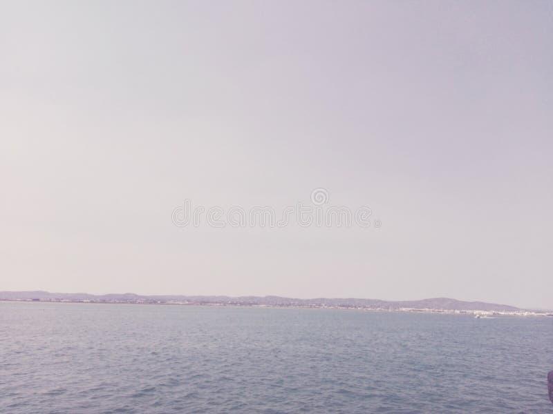 Montañas por el mar fotos de archivo libres de regalías