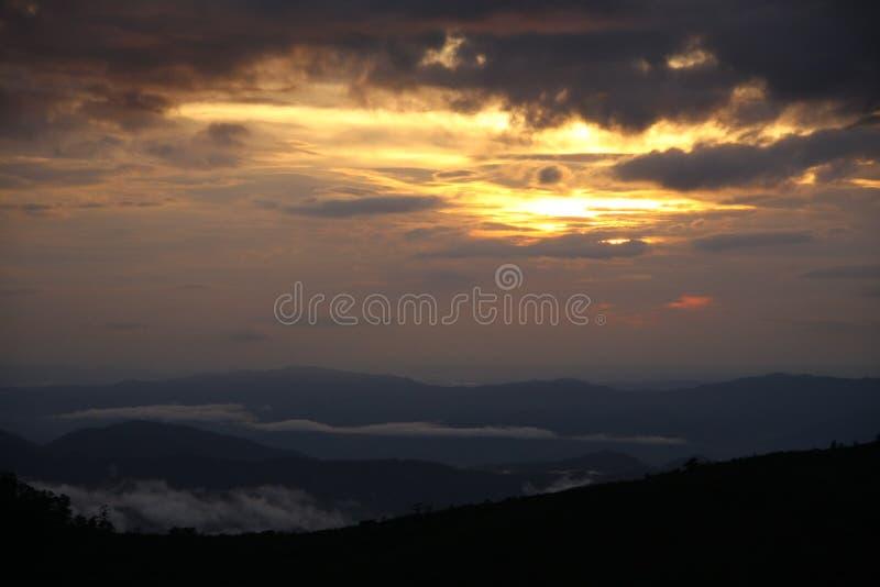 Montañas puesta del sol y paisaje de la niebla imágenes de archivo libres de regalías