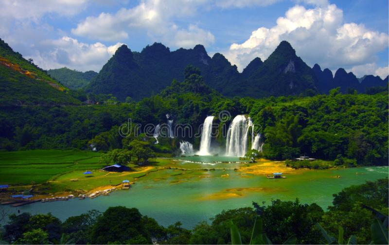 Montañas, ríos, cascadas, bosques, la respiración de la primavera imágenes de archivo libres de regalías