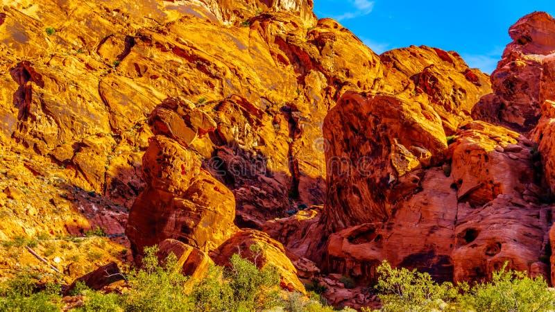 Montañas Red Aztec Sandstone en el Valle del Fuego Parque Estatal en Nevada, EEUU foto de archivo