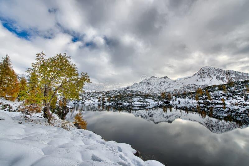 Montañas reflejadas en el lago fotos de archivo