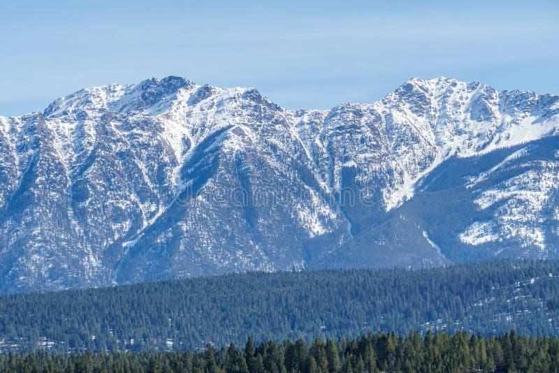 Montañas rocosas canadienses con nieve en cielo claro de la primavera temprana de Canadá de la Columbia Británica foto de archivo libre de regalías