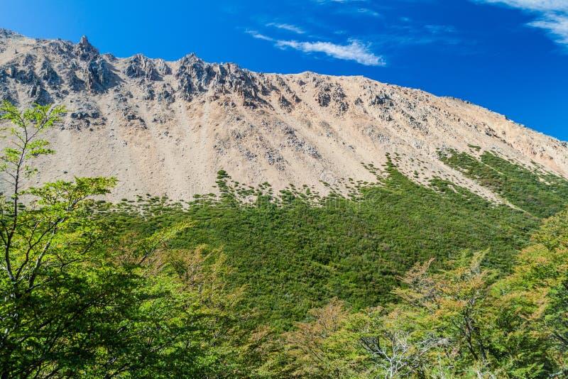 Montañas rocosas cerca de la montaña de Cerro Catedral cerca de Bariloche fotografía de archivo libre de regalías
