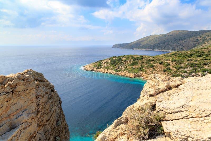 Montañas rocosas con el Mar Egeo idílico en knidos foto de archivo
