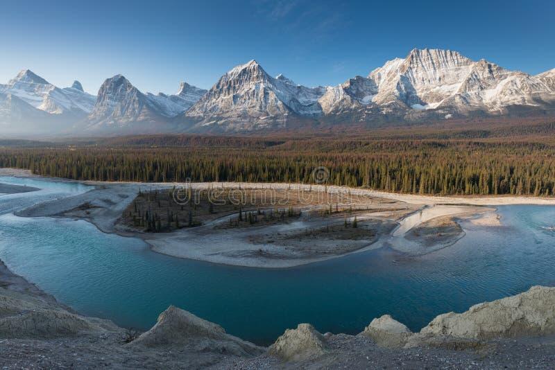 Montañas rocosas en otoño, Parque Nacional Jasper en las Rockies canadienses. Paisaje escénico de Alberta Canadá en la página fotos de archivo libres de regalías