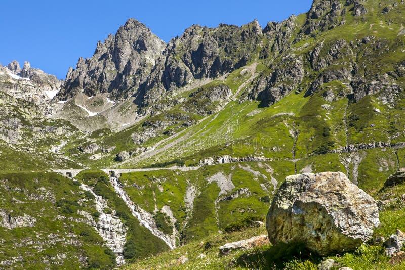 Montañas rocosas en un día de verano imagen de archivo