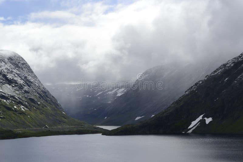 Montañas rocosas, fiordos y cielo de Noruega fotografía de archivo