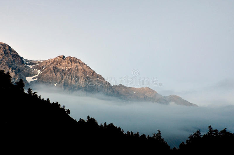 Montañas rocosas, luz pasada en las montañas imagen de archivo