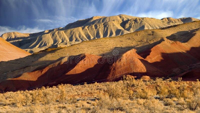 Montañas rojas y blancas foto de archivo libre de regalías