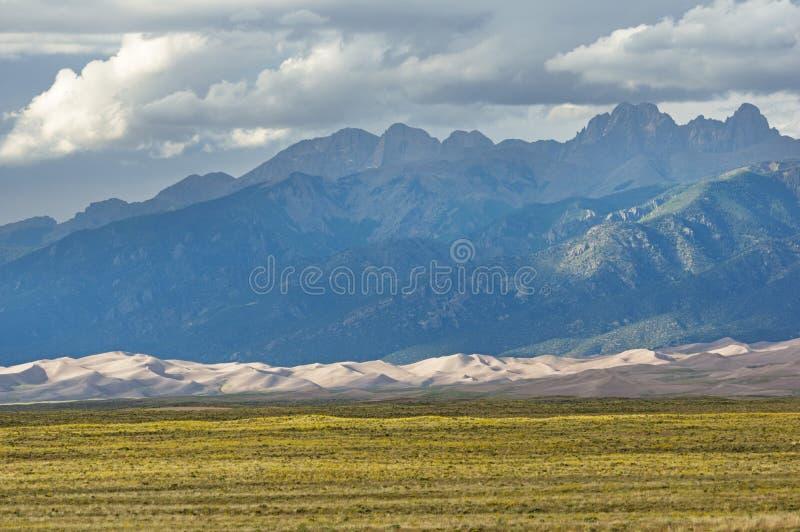 Montañas sobre las grandes dunas de arena imagenes de archivo