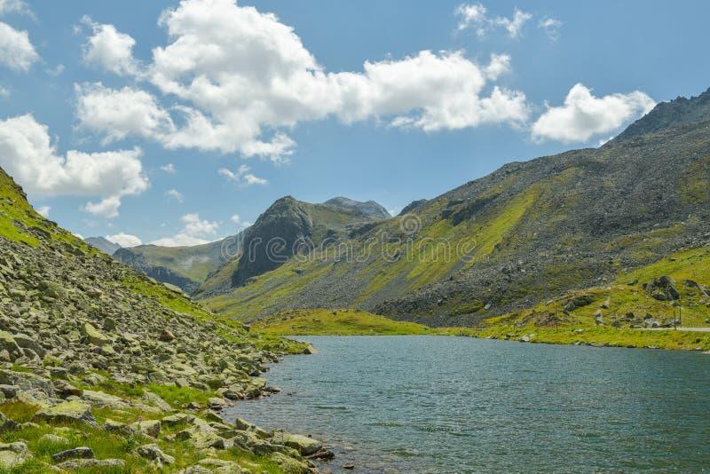 Montañas suizas alrededor del camino de la montaña de Fluelapass imagenes de archivo