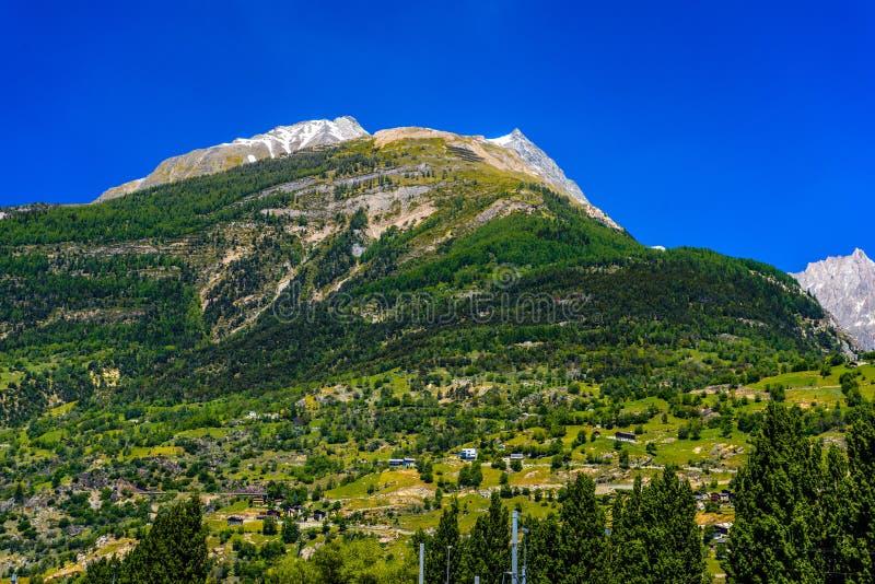 Montañas suizas de las montañas con las casas, Visp, Wallis, Valais, Switzerl fotografía de archivo