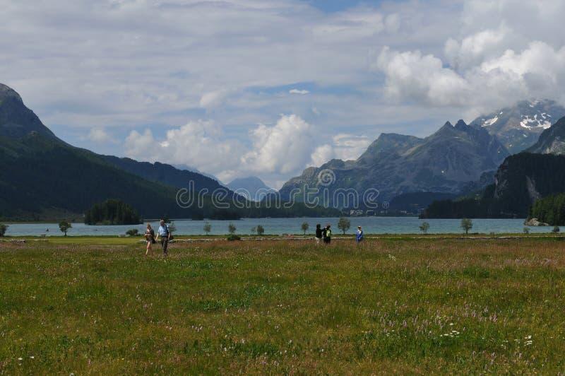 Montañas suizas: El caminar en el lago 'Silsersee 'del glaciar en el Engadin superior fotografía de archivo